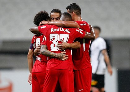 Jogadores do Bragantino comemoram um dos gols sobre o Corinthians
