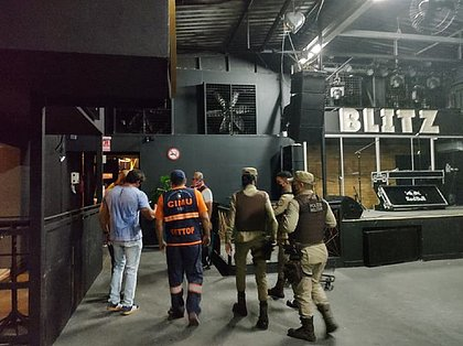 Fiscalização fecha 3 estabelecimentos e encerra festa em Lauro de Freitas