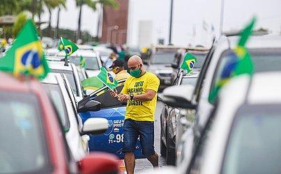 Em carreata, apoiadores de Bolsonaro pedem fim do isolamento em Salvador.