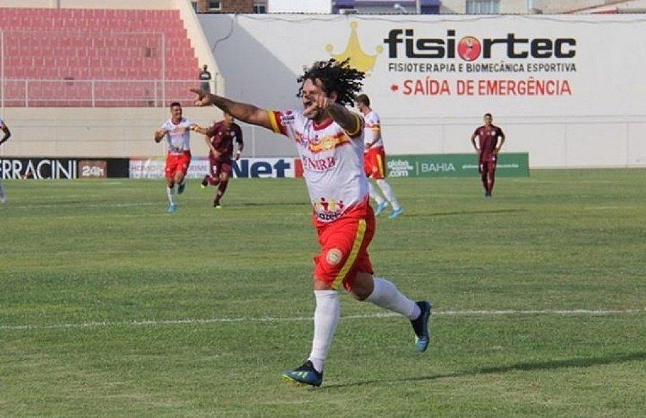 Clebson celebra o primeiro gol da Juazeirense