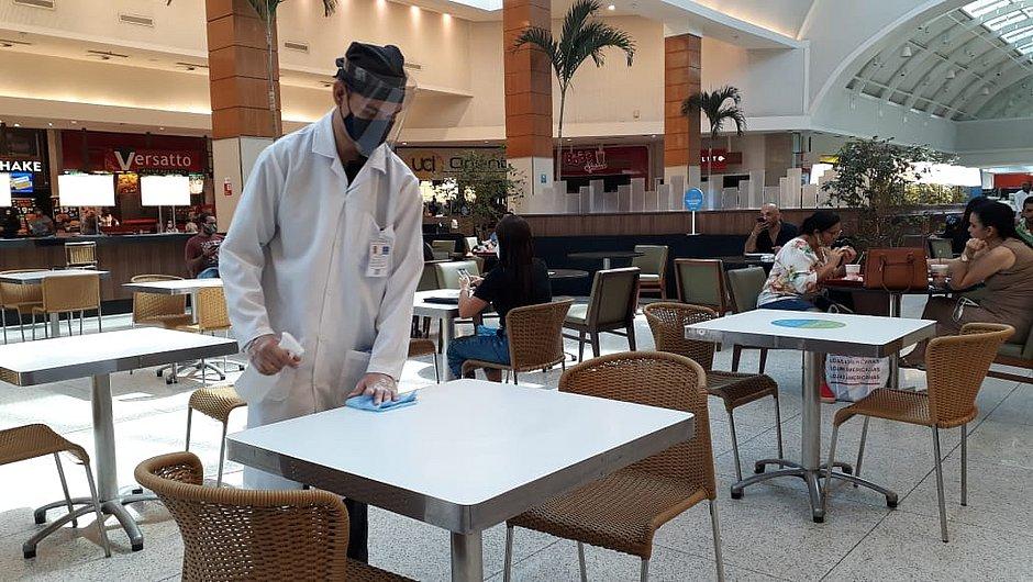 Limpeza da mesa na praça de alimentação do Shopping da Bahia