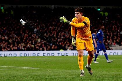 Kepa, goleiro do Chelsea, tirou o copo do campo