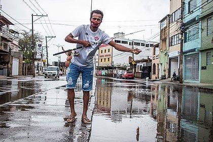 Seu Jair filmou o vizinho pescando na rua alagada