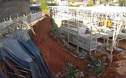 Muro de contenção de obra de supermercado desaba e derruba sete postes