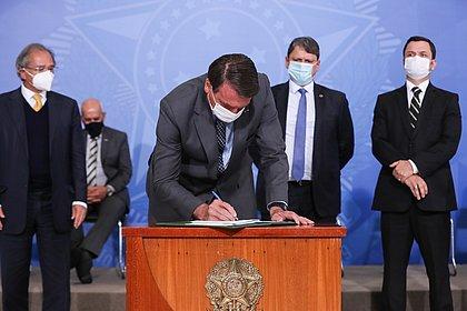 Bolsonaro sanciona lei que prevê pena de até quatro anos para crime virtual