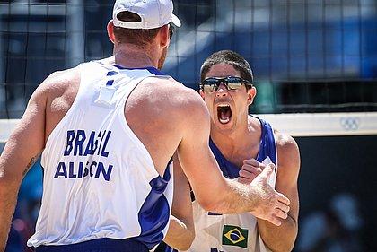 Alison/Álvaro Filho vence com facilidade e chega às quartas de final em Tóquio