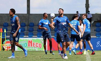 De volta após cumprir suspensão, Gilberto disputa posição com Rodallega no ataque