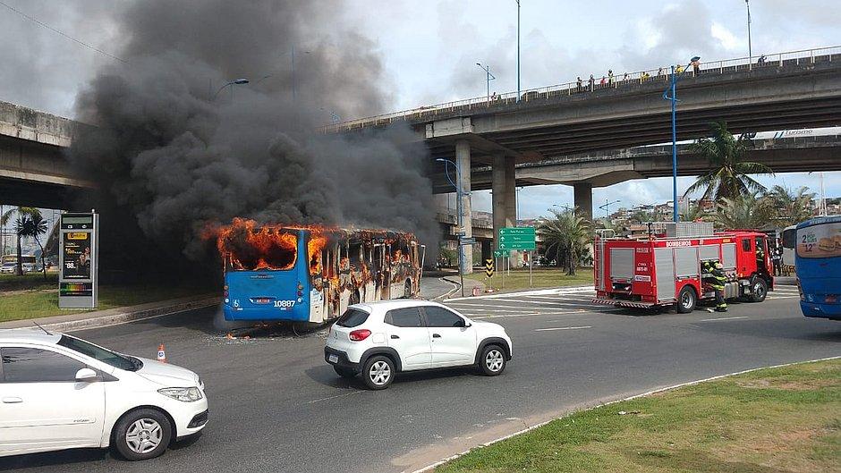 Ônibus pega fogo na Rótula do Abacaxi