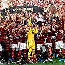 Jogadores do Flamengo comemoram com a taça de campeão