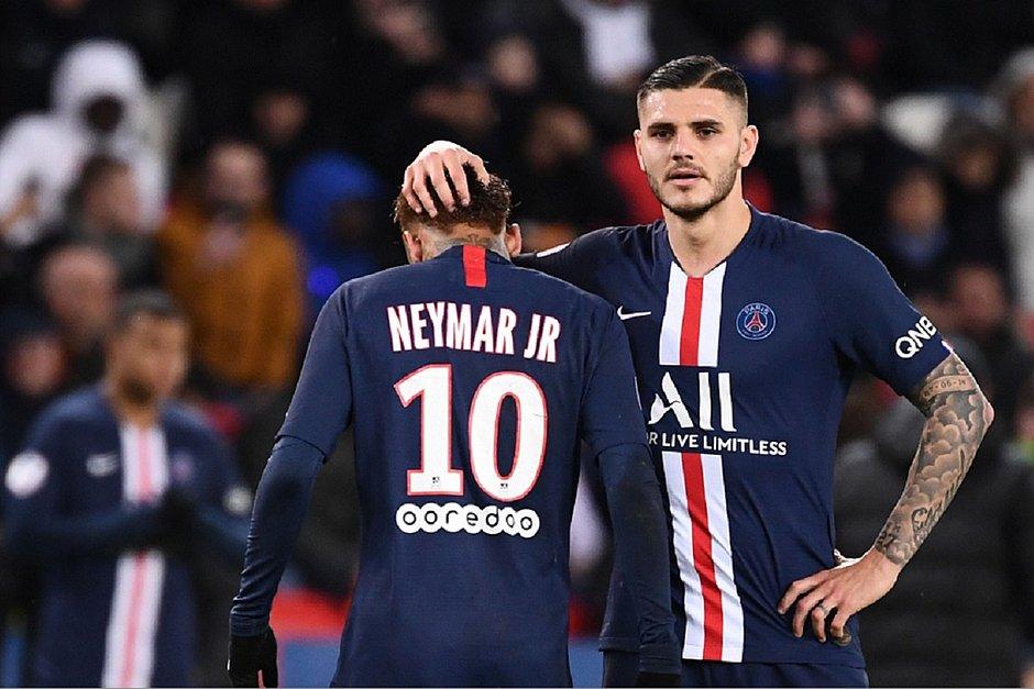 Autor do primeiro gol, Icardi faz carinho na cabeça de Neymar