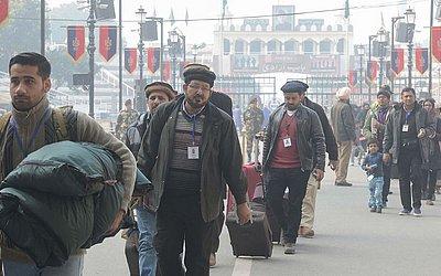Milhares de mulçumanos Ahmadiyya do Paquistão chegam à Índia,cerca de 35km de Amritsar, para participar de um encontro anual em Klein.