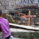 Cruz colocada pela comunidade perto de onde ocorreu baile