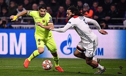Suárez tenta passar por Denayer