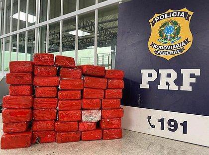 Mulher é presa em Conquista transportando quase 21kg de maconha