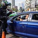 Agente da Transalvador passa orientações para motorista na Avenida Centenário