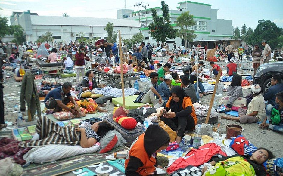 Passa de 800 o número de mortos na Indonésia após terremoto e tsunami