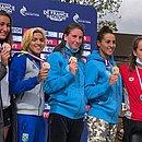 Ana Marcela, de cabelo loiro, exibe sua medalha