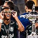 Danilo, no estilo, curtindo a taça da Libertadores que conquistou aos 19 anos de idade