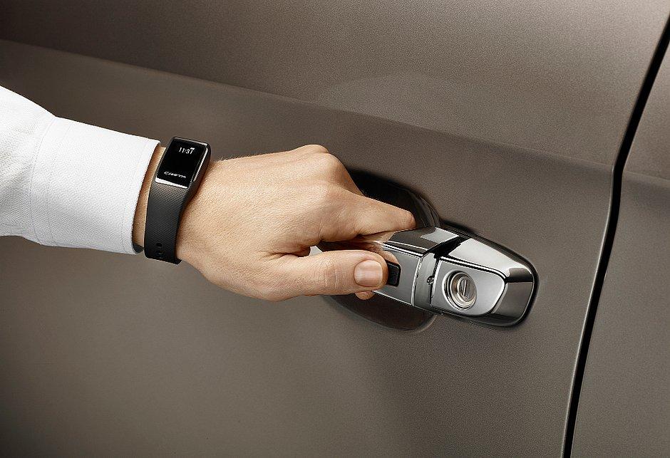 Para a versão topo de linha do Creta a Hyundai oferece, como opcional, uma pulseira que substitui a chave para abrir o carro e dar a partida no motor