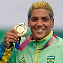 Ana Marcela mostra a medalha de ouro conquistada em Tóquio