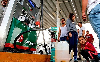 Mexicanos compram gasolina em um posto em Guadalajara, no estado de Jalisco. A escassez já é comum em vários estados. O Presidente Andrés Manuel López Obrador anunciou um plano para combater o roubo de combustível.