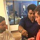 Ronaldinho Gaúcho e Assis são abordado por policiais no Paraguai