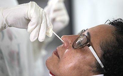 O exame que está sendo realizado é do tipo PCR, que usa um cotonete no nariz. O método é mais seguro, mas nem por isso menos incômodo.