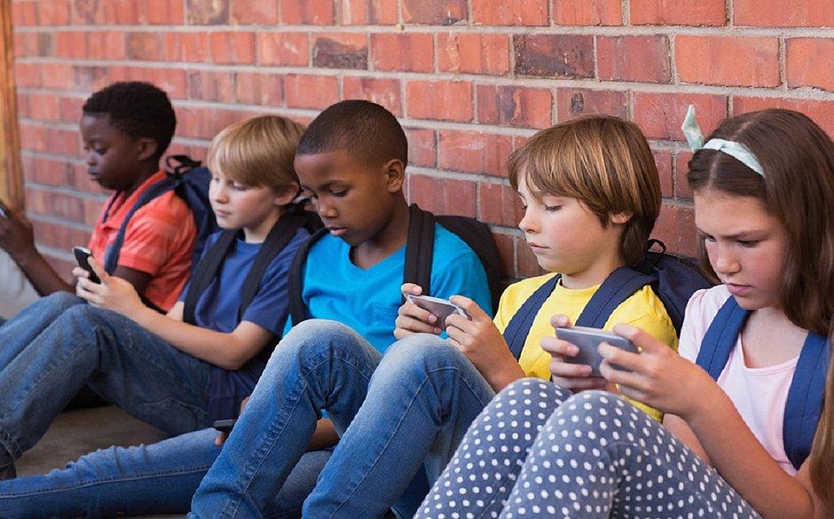 A OMS orienta que crianças menores de dois anos não devem ter contato com telas
