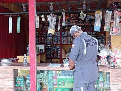 Corpo de Bombeiros fiscaliza venda de fogos de artifício no interior