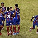 Jogadores do Bahia cercam Daniel, autor do gol