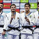 Eduardo Yudy (o terceiro da esq. para dir.) e a medalha de bronze