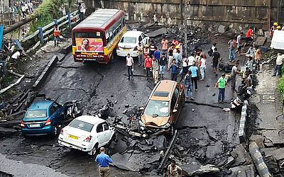 Ponte Majerhat que desabou em Kolkata, no estado indiano de Bengala Ocidental. Nenhuma  morte foi relatada de acordo com a mídia.