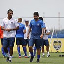 Yuri caminha ao lado do auxiliar de preparação física Vitor Gonçalves em treinamento do time de transição