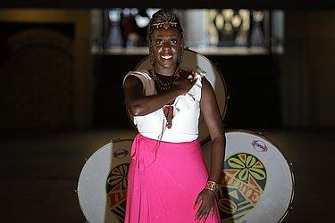 Sabrina Santana dos Santos: 31, cantora e bailarina. Ser deusa do ébano é fortalecer o empoderamento e a resistência da mulher negra. @sapretah