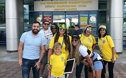 Mãe de Neymar, Nadine Gonçalves posta foto tirada no aeroporto com o neto Davi Lucca, a filha Rafaella e amigos