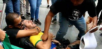 Apoiadores de deputado preso agridem manifestante em frente à sede da PF
