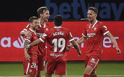 Jogadores do Sevilla comemoram gol sobre o Celta