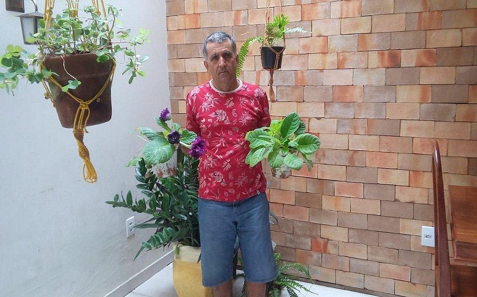Redival  começou a plantar flores, como uma forma de sentir a presença da mãe e das filhas