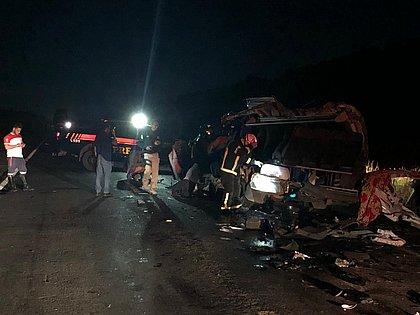 Colisão entre caminhão e van deixa quatro mortos e quatro feridos na Bahia