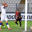Gol do Melgar; Lucas Fonseca põe as mãos na cabeça em lamento