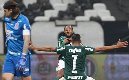 Luiz Adriano comemora gol sobre o Corinthians