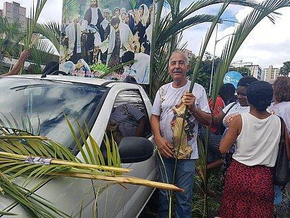 'Escolho os mais bonitos', diz servidor que leva 30 mil galhos para Domingo de Ramos