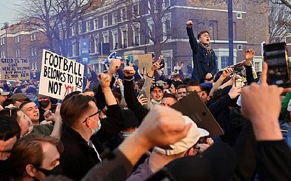 Torcedores do Chelsea na porta do Stamford Bridge, casa do Chelsea