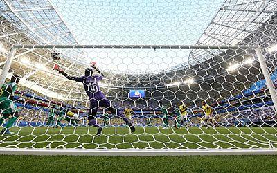Goleiro Ndyaie tenta alcançar a bola