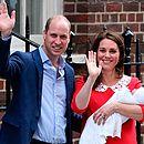 William e Kate saem de hospital com filho caçula