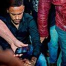 Neymar ao chegar para depor na delegacia, quinta-feira
