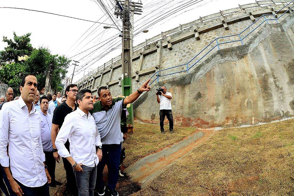 Comunidade de Luis Anselmo recebe nova escadaria e proteção de encosta
