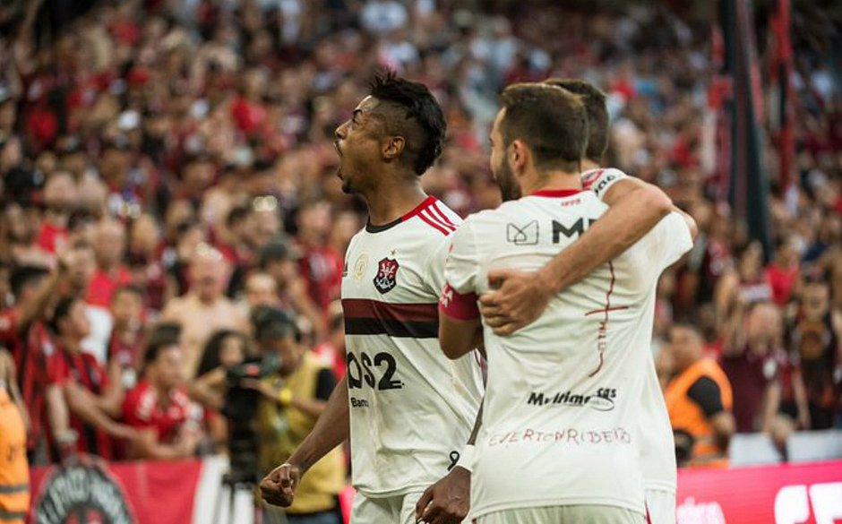 Em tarde inspirada, Bruno Henrique marca os dois gols da vitória do Flamengo contra o Athletico-PR