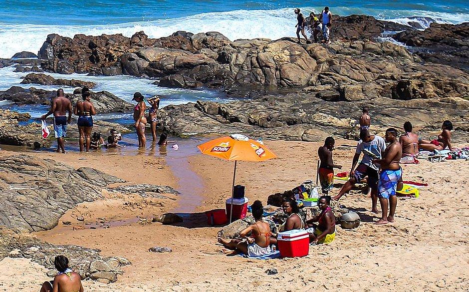Orla tem domingo de praias e calçadões cheios e várias pessoas sem máscara