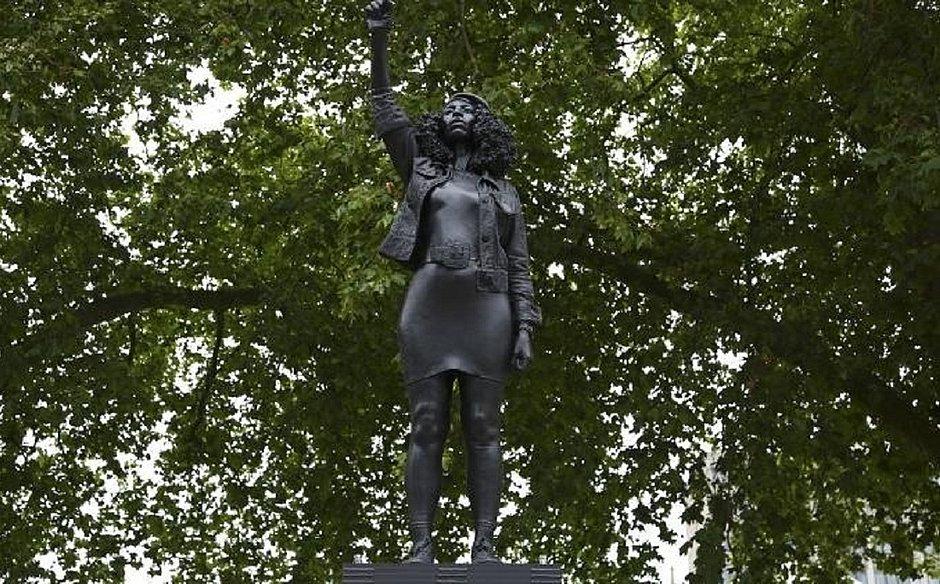 Estátua de mulher negra é colocada no lugar da que homenageava escravagista